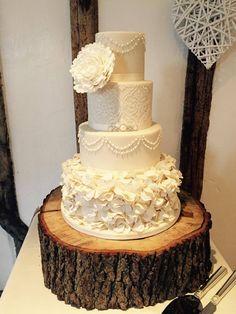 Samantha and Jonathan had a beautiful, classic cake courtesy of Woo cakes!
