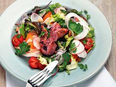 Bunter Salat mit Salsiccia http://www.fuersie.de/kochen/grillrezepte/artikel/gegrillte-salsiccia-mit-buntem-salat