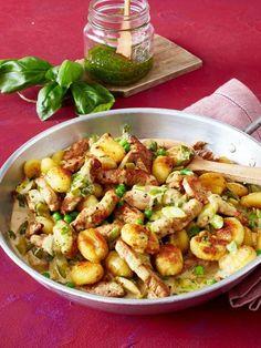 Gnocchi pan with schnitzel strips - Schnelles Essen - Dinner Recipes Easy Healthy Recipes, Vegetarian Recipes, Easy Meals, Healthy Meals, Breakfast And Brunch, Breakfast Recipes, Dinner Recipes, Plat Simple, Pork Recipes