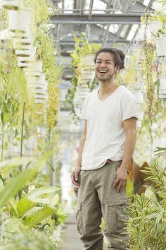 """さわやかな緑に囲まれた屈託のない笑顔。幕末から続く兵庫の植物卸問屋「花宇」の5代目、西畠清順(にしはたせいじゅん)さん。年に12〜15カ国、これまでに30ヶ国以上を自ら回り、日本では見られない植物を次々と持ち帰ってきました。その活動は、若き""""プラントハンター""""として知られ、TBSテレビ情熱大陸(2011年3月)出演をはじめ、日本各地のイベントにも出演する注目の人です。"""