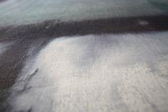 Rezina Tessile®, esclusivo rivestimento per interni realizzato con tessuti Sergio Perrero e applicabile su pavimenti, scale, mobili e, addirittura, piatti doccia. Grazie a un processo brevettato, la fibra tessile naturale diventa tutt'uno con una resina