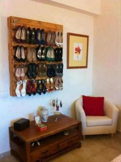 Love this idea of using an old pallet to display/store shoes! Amazing Uses For Old Pallets – 30 Pics Pallet Crates, Old Pallets, Recycled Pallets, Wooden Pallets, Pallet Projects, Home Projects, Pallet Ideas, Diy Pallet, Pallet Wood