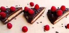 Dieser tiefgekühlte Fudge Kuchen ist ein gesunder und luxuriöser Leckerbiss, der perfekte Gaumenschmaus der Ihnen verwöhnen wird.    Basis1 Schaufel One Whey®Chocolate Hazelnut1 EL Fitnessguru Organic Coconut Oil2 dl Haselnüsse2 dl Kokosraspeln15 frishe Datteln2 EL Kakao1 Prise Meersalz    Füllung1 Schaufel One Whey®Vanilla White Chocolate3 EL Fitnessguru Organic Coconut Oil2,5 dl Fitnessguru Organic Peanut butter4 Bananen    Belag1 dl Fitnessguru Organic Coconut Oil1,5 dl Kakao1 dl…