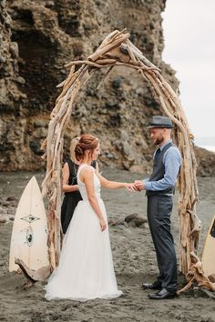 A driftwood wedding arch shaped as a surf for a creative beach ceremony look Surfer Wedding, Sports Wedding, Boho Beach Wedding, Dream Wedding, Wedding Locations, Wedding Events, Wedding Reception, Driftwood Wedding, Beach Ceremony