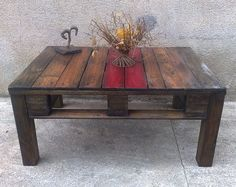 Couchtisch gebaut aus einer Palette Coffee table built from a palette Mesa de centro construido a partir de una paleta  Maße (cm):(B-H-T) 93 x 42 x 65,5  Massiv Holz / Madera maciza / Solid wood