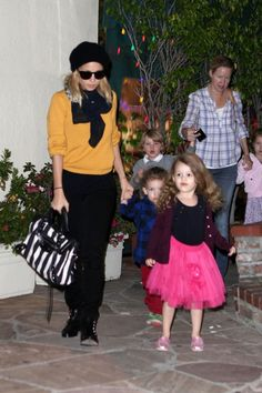 Nicole Richie Dining with Harlow and Sparrow November 28 2011
