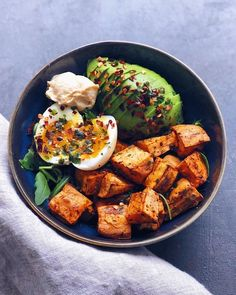 Roasted sweet potato (with olive oil pumpkin spice piment despelette salt pepper and thyme) with arugula avocado a jammy egg and hummus ? and on top olive oil chili flakes and coriander ? Vegetarian Recipes, Cooking Recipes, Healthy Recipes, Yummy Recipes, Diet Recipes, Sweet Potato Recipes Healthy, Healthy Potatoes, Vegetarian Lifestyle, Sausage Recipes