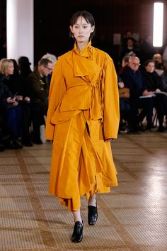The complete Lemaire Fall 2018 Ready-to-Wear fashion show now on Vogue Runway. Vogue Paris, 2010s Fashion, Dress Up Boxes, Autumn Fashion 2018, Color Naranja, Yellow Fashion, Fashion Show Collection, Mellow Yellow, Mannequins