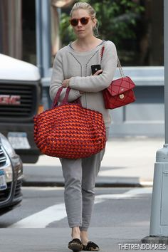 Sienna Miller: Easter with Cara Delevingne!: Photo Sienna Miller is casual chic while out and about with her beau Tom Sturridge on Monday (April in New York City.And here's Sienna out in New York just the other week toting a crocheted raffia shopper Cute Handbags, Prada Handbags, Purses And Handbags, Crochet Handbags, Crochet Purses, Crochet Bags, Sienna Miller Style, Boho Bags, Red Bags