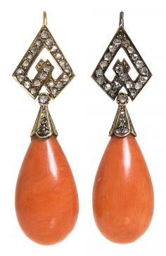 Pendientes largos de coral y diamantes, del siglo XIX Oro, diamantes talla rosa, 0,52 cts y lágrimas de coral. Faltan dos diamantes. 4,5 cm. 11,3 gr Precio de salida: 750€