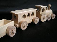 Malé dřevěné vláčky pro děti na hraní. Osobní vláček s odpojitelnými vagony. Skladem