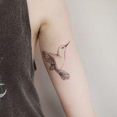 """Em 2015, criada em Toronto – Canadá, a artista Jess Chen mudou sua carreira de freelance como designer gráfica para tatuadora. """"Eu amo qualquer coisa referenciando aos finos traços da …"""