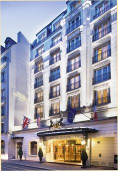 Located just a stone's throw from the Champs Elysées and rue du Faubourg Saint Honoré, the 4 star Rochester Champs Elysées, is pleased to welcome you to its 106 rooms and suites.