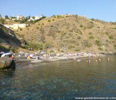 Cala Curumbico, de arena con suave pendiente al Mar Mediterráneo. Almuñécar.