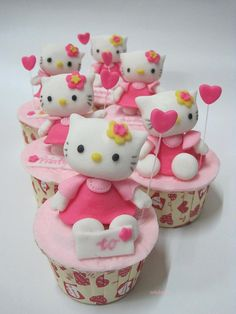 oh, wouldn't my daughter just love these Hello Kitty cupcakes for a birthday party! Pretty Cupcakes, Beautiful Cupcakes, Wedding Cakes With Cupcakes, Yummy Cupcakes, Beach Cupcakes, Pink Cupcakes, Torta Hello Kitty, Hello Kitty Cupcakes, Hello Kitty Birthday