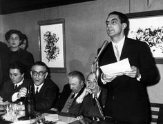 Lo scrittore italiano Italo Calvino parla al microfono accanto agli scrittori Alberto Arbasino, Mario Soldati e Carlo Muscetta. Anni Sessanta.