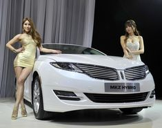 Yeah, that's the Lincoln MKZ Hybrid at the Seoul Motor Show.but what about those two pretty models? Gold never looked so good! Lincoln Motor Company, Lincoln Mkz, Geneva Motor Show, Car Girls, Showgirls, Electric Cars, Beautiful Models, Sport Cars, Nice Tops