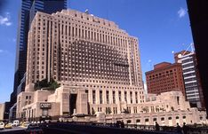 The architectural firm now known as Holabird & Root was founded in Chicago in Daily News Building Architecture Old, Sustainable Architecture, Union Station Chicago, Chicago Buildings, Palmer House, Chicago School, Daily News, Facade, Skyscraper