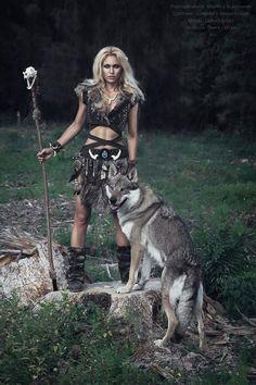 warrior and wolf (huskey) Fantasy Girl, Foto Fantasy, Fantasy Warrior, Fantasy Women, Viking Warrior, Viking Woman, Viking Life, Viking Art, Warrior Girl