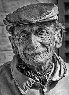 B&W Old man portrait with one fine muzzy. Old Man Portrait, Photo Portrait, Pencil Portrait, Portrait Photography, Black And White Portraits, Black And White Pictures, Black And White Photography, Art Visage, Old Faces