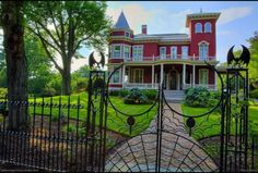 Stephen King's house - with a fabulous spooky iron gate! When I was a high school counselor, we did a trip to five colleges in Maine and they took us on a tour of Bangor and of course, drove by the house of this famous author. Stephen King House, Stephen Kings, Bangor Maine, Skowhegan Maine, Kings Home, Rich Home, Fantasy House, Celebrity Houses, Celebrity Mansions