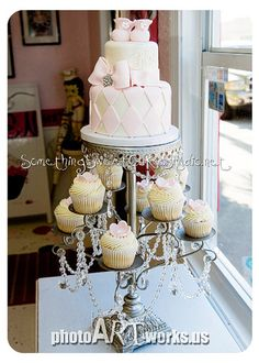 I AM IN LOVE WITH THIS SHABBY CHIC CAKE AND CAKE STAND!