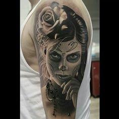 Descubra o verdadeiro significado da famosa tatuagem catrina. Conheça variações desse desenho que inspira mulheres no mundo inteiro.