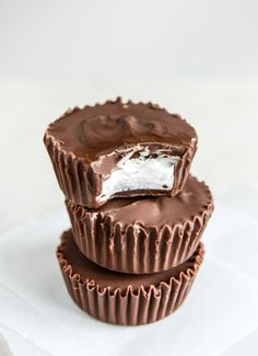 Give your taste buds what they want with these easy homemade Mallo Cups. Their gooey insides, covered with mouthwatering chocolate, are impossible to resist! Just Desserts, Delicious Desserts, Dessert Recipes, Bar Recipes, Holiday Desserts, Holiday Recipes, Recipies, Fudge, Cupcakes