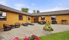 """Denne velholdte villa er beliggende i Hårby ca. 8 km. fra handelsgaden i Skanderborg. Udstykningen er meget børnevenlig med gode fællesarealer, herunder legeplads og boldbaner. Fra boligen er der cykelsti til skolen, Veng Fællesskole, med klassetrin fra 0. til og med 7. klasse,  hvor også børnehaven og SFO'en ligger. Her er tale om en rigtig god skole, med et motto """"vi vil være den bedste skole - for vores børn"""". I forbindelse med skolen findes områdets sportsklub med både fodbold, håndbold…"""