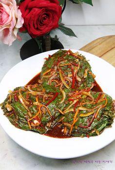 갓 지은 하얀 쌀밥위에 깻잎김치 한 장 싸먹는 맛 아시나요?알싸하면서도 짭쪼름한 특유의 맛과 향은 정말 ... Korean Side Dishes, Fusion Food, Food Design, Best Korean Food, Cooking Recipes For Dinner, Food Crush, Vegetable Seasoning, Weird Food, Asian Recipes