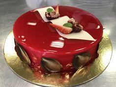 Ricette torte moderne - Dacquoise mandorle e cocco, cioccolato bianco e fave di tonka, inserto ai frutti rossi e cereali croccanti, glassa a specchio rossa