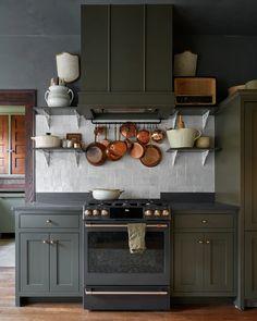 Classic Kitchen, New Kitchen, Kitchen Dining, Kitchen Decor, Kitchen Ideas, Dark Green Kitchen, Dining Room, Kitchen Inspiration, Square Kitchen