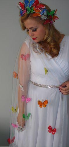 Véu e grinalda com borboletas.