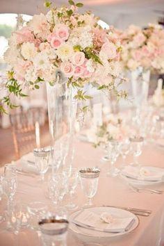 Increíble decoración de mesas para bodas en rosa cuarzo mezclado con blanco y pops de verde.