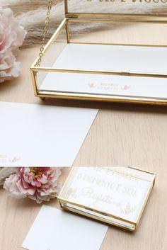 Caixa de Vidro para Mensagens aos Noivos com cartões personalizados Place Cards, Place Card Holders, Wedding, Glass Boxes, Custom Cards, Creative, Ticket Invitation, Livros, Going Away
