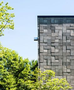 cHELSEA hILL HOUSE_Concrete bricks create geometric patterns on the facade of this house in Québec by architects Kariouk Associates Exterior Wall Design, Facade Design, Modern Exterior, House Design, Exterior Tiles, Exterior Cladding, Concrete Masonry Unit, Concrete Bricks, Concrete Stone