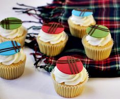 These tartan cupcake toppers couldn't be easier to make with the Cake Décor Choco Writers and we think they would be the perfect treat to serve after a Burns supper.
