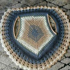 Görümce Çatlatan En Şahane 53 Şal Örgü Modelleri - pionero de la cosmética, alimentación, moda y confección Crochet Circle Vest, Col Crochet, Crochet Vest Pattern, Crochet Circles, Crochet Jacket, Crochet Mandala, Crochet Woman, Crochet Cardigan, Crochet Shawl