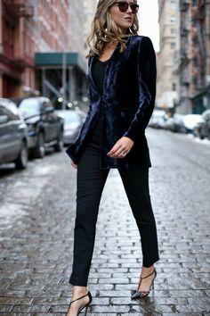Uma das tendências mais ousadas do Outono/ Inverno é o Veludo e ele vai voltar com tudo! Blazer, blusas, vestidos, saias, calças e até nos sapatos, para looks a noite e de dia também! O resultado é chic e ultra moderno! Monte a produção deixando a peça de veludo como destaque e invista no restante …