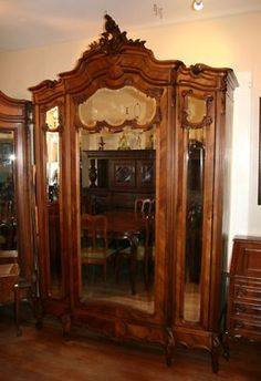 Merveilleux Exquisite French Antique 3 Door Louis XV Armoire