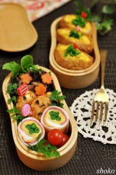 Bento box featuring egg-filled inarizushi, ham & cheese green bean rolls, kimchi chicken patties, and stewed hijiki & carrot flowers Japanese Bento Lunch Box, Bento Box Lunch, Japanese Food, Bento Recipes, Bento Ideas, Bento And Co, Cool Lunch Boxes, Asian, Lunches