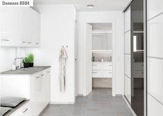 Luo yhteys kylpyhuoneen ja kodinhoitohuoneen välille - Dansanin kodinhoitohuoneiden ja säilytystilojen avulla kodinhoitohuoneen, eteisen ja muiden vastaavien tilojen sisustus on helppo sovittaa yhteen kylpyhuoneesi Dansani-kalusteiden kanssa. Luo harmoninen ja tyylipuhdas linkki eri tilojen välille tinkimättä laadusta tai toimivuudesta.