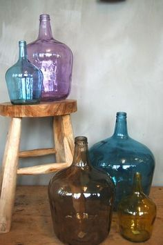 The decoration with glass jars, bottles or jars we love. With these objects it is possible to get elegant arrangements that can look great in any type. Antique Bottles, Vintage Bottles, Bottles And Jars, Perfume Bottles, Antique Glass, Vintage Perfume, My Glass, Glass Jars, Colored Glass Bottles