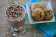 healthy cookies 'n cream smoothie (dessert for breakfast? yes please!)