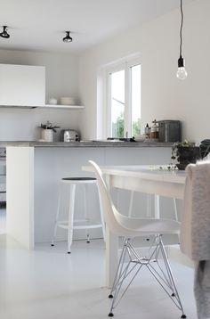 foto © elisabeth heier (Krakkene fra Chaises Nicolle/Ølen møbel har fått nye, myke skinnlapper...