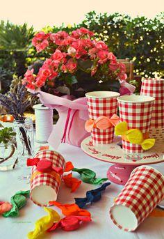 Che spasso realizzare i tappo-caramella... Ancora un pochino e tutto sarà pronto per il mio coloratissimo candy party! Vi aspetto tutti ovviamente!  http://www.lafigurina.com/2014/07/riciclo-creativo-dei-tappi-di-plastica-decorazioni-fai-da-te-per-un-candy-party/