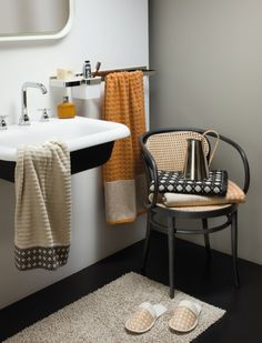 Bring striking design to your bathroom with the Vienna Mesh towel from Moeve. A refined homage to the traditional trade of braiding, this towel features the octagonal braiding of Viennese coffee house Mesh Chair, Coffee Cozy, Hand Towels, Icon Design, Modern, Dining Chairs, Vienna, House Design, Luxury