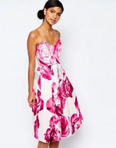 Vestido de graduación palabra de honor a media pierna con estampado floral en rosa intenso de ASOS