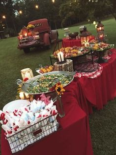 outdoor backyard bbq wedding food wedding buffet 20 Backyard Barbecue Ideas for a Fun Wedding Reception Barn Parties, Outdoor Parties, Backyard Parties, Summer Parties, Western Parties, Picnic Parties, Parties Food, Outdoor Weddings, Soirée Bbq