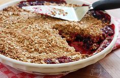 Triple Berry Crisp - When summer berries are at their peak, make this warm berry crisp and enjoy it with a scoop of frozen yogurt or whipped cream. This is delicious with any combination of berries and leftovers makes a great breakfast with some yogurt. Köstliche Desserts, Healthy Desserts, Dessert Recipes, Healthy Treats, Cupcake Recipes, Healthy Food, Healthy Eating, Healthy Recipes, Skinny Recipes